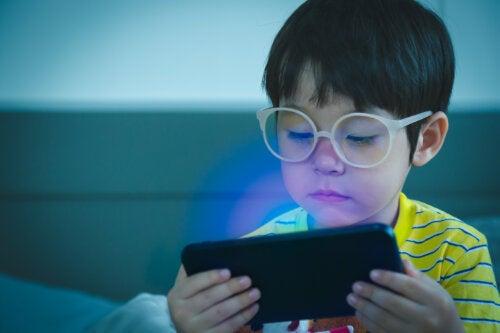 El teléfono móvil no es un juguete para niños