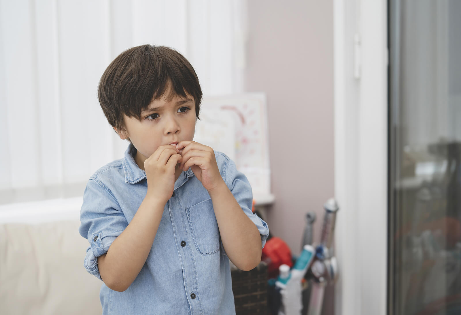 Niño intentado controlar su conducta impulsiva para no desarrollar trastornos de la personalidad.