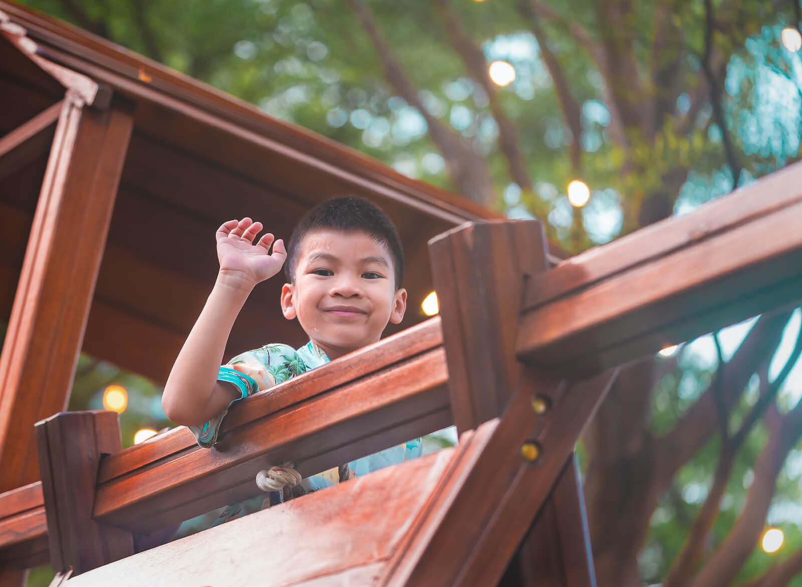 Niño jugando en un fuerte como parte del juego no estructurado.