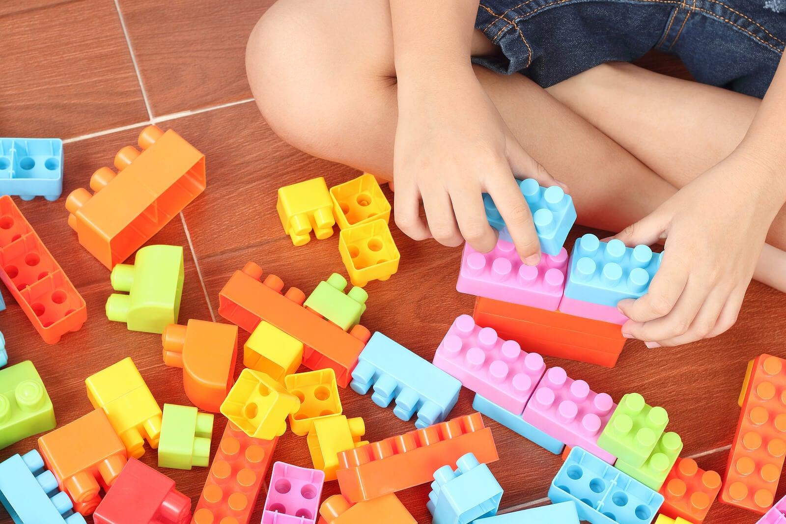Niño jugando con el LEGO Education en casa.