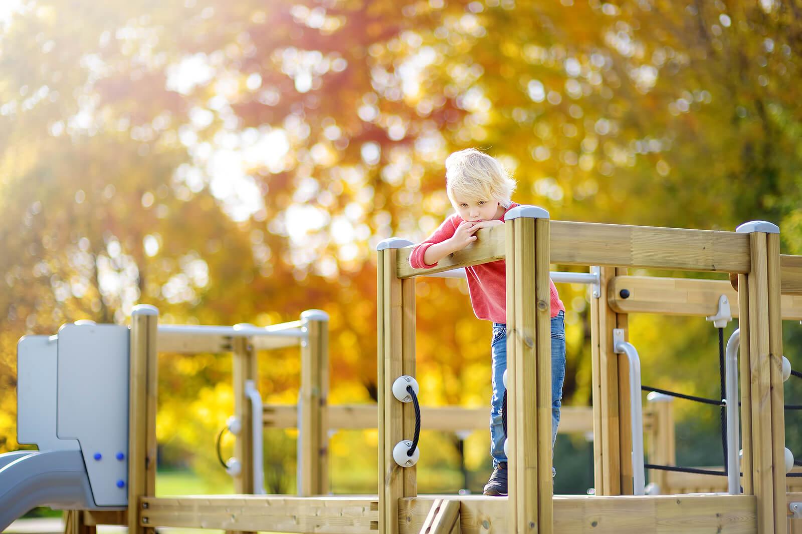 Niño al que le gusta jugar solo en el parque.