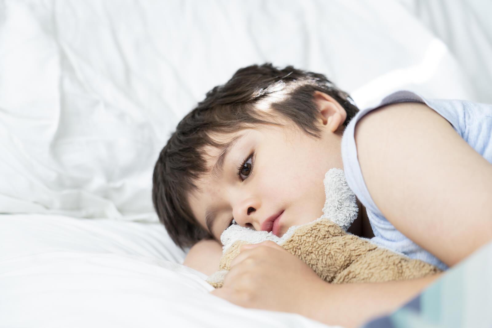 Niños tumbado en la cama preocupado por la crisis de los 7 años.