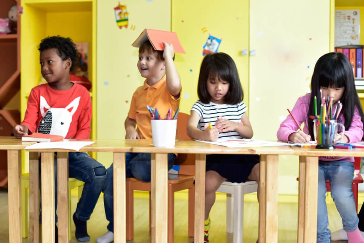 Niños contentos en su clase de preescolar.
