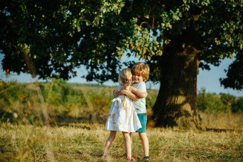 ¿Pueden los padres escoger los amigos de sus hijos?
