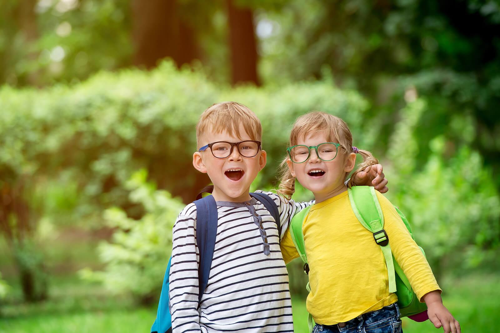 Niños contentos yendo al colegio porque saben que las calificaciones no determinarán su éxito.