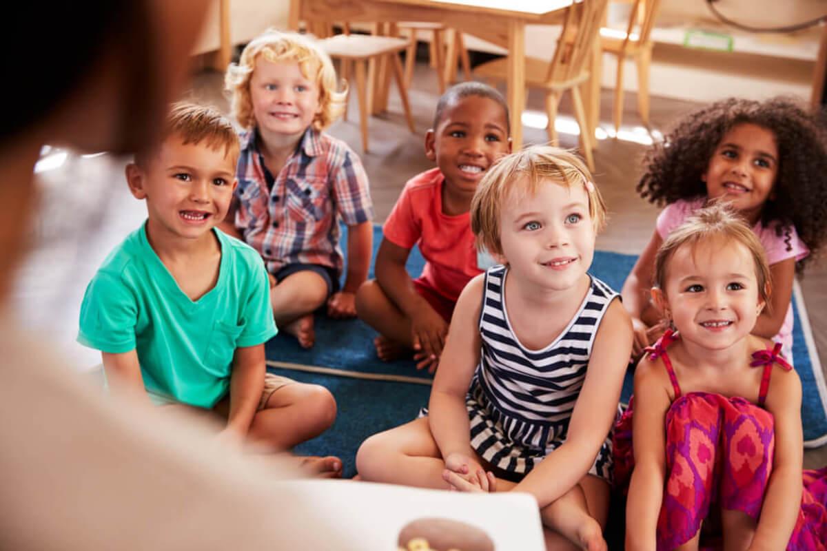 Niños atentos mientras se les educa con el método Glenn Doman.