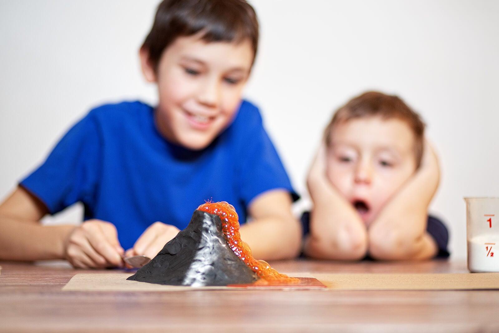Niños aprendiendo autocontrol gracias a la técnica del volcán.