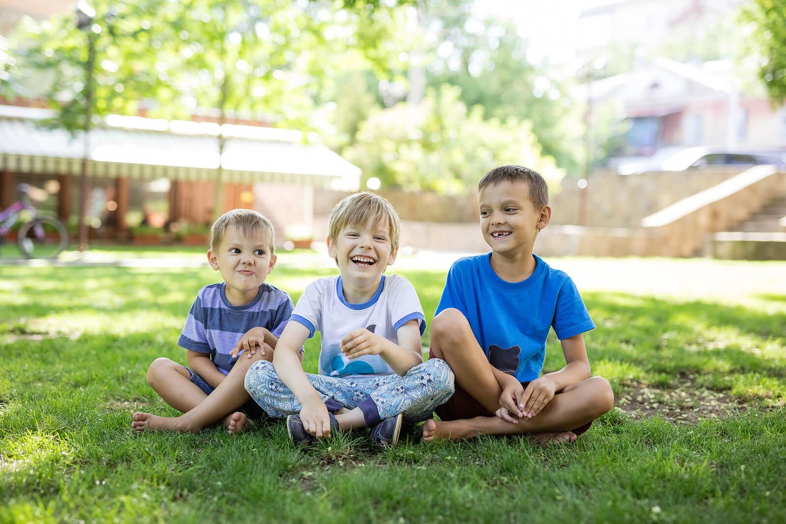 Primos pasando la tarde en el jardín de casa jugando.