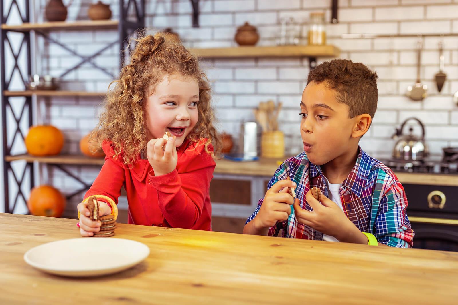 Primos merendando en la cocina juntos para alimentar el vínculo entre ellos desde la infancia.