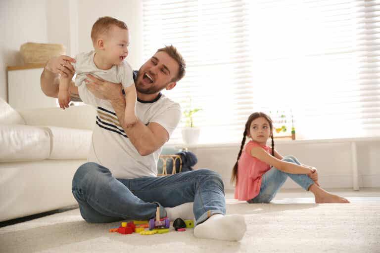 Errores de los padres que pueden generar celos en sus hijos
