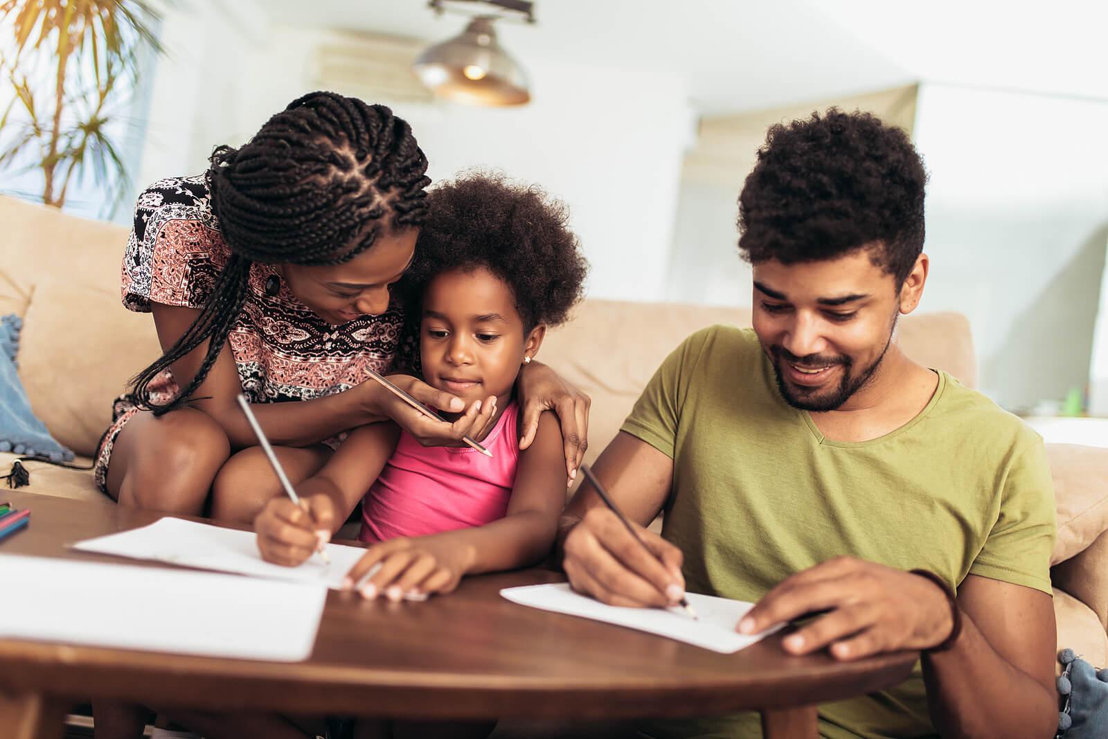 Padres apoyando a su hija con sus estudios gracias a la pedagogía y la didáctica.