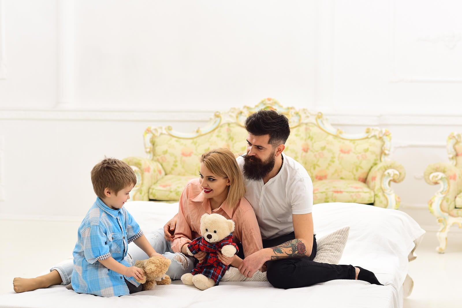 Padres hablando con su hijo para enseñarle escucha activa.