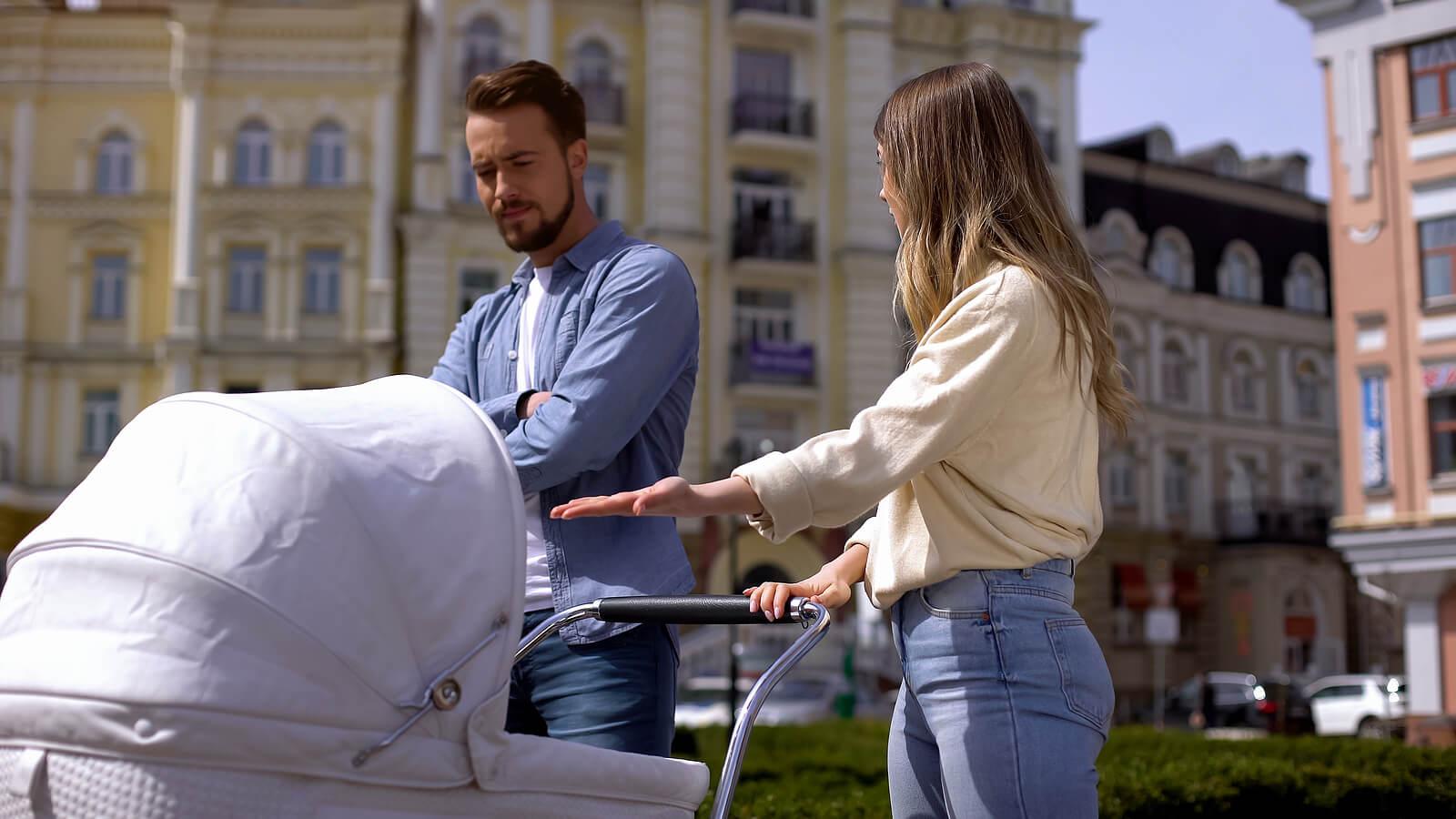 Padres discutiendo en la calle delante de su bebé, una de las cosas que hacen siendo padres y dijeron que no harían.