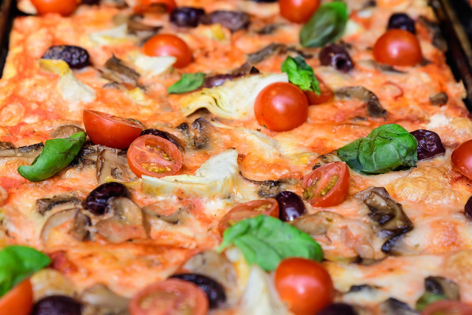 Pizza casera, una de las recetas de fast food saludable.