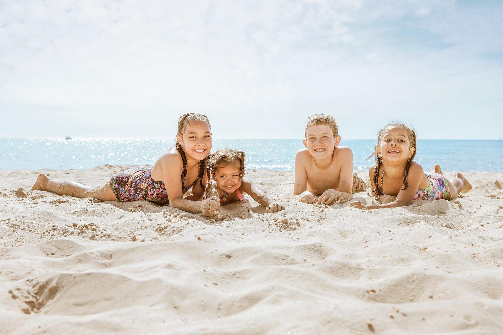 Primos disfrutando de un día de playa.