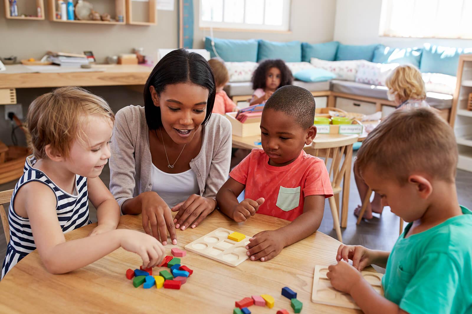 Profesora con sus alumnos impartiendo la educación de María Montessori en su 150 aniversario.
