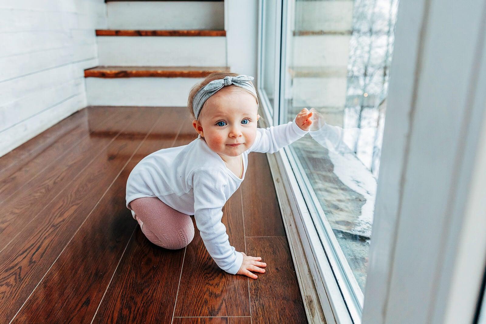 Bebé con un nombre inspirado en la geografía asomada a la ventana.
