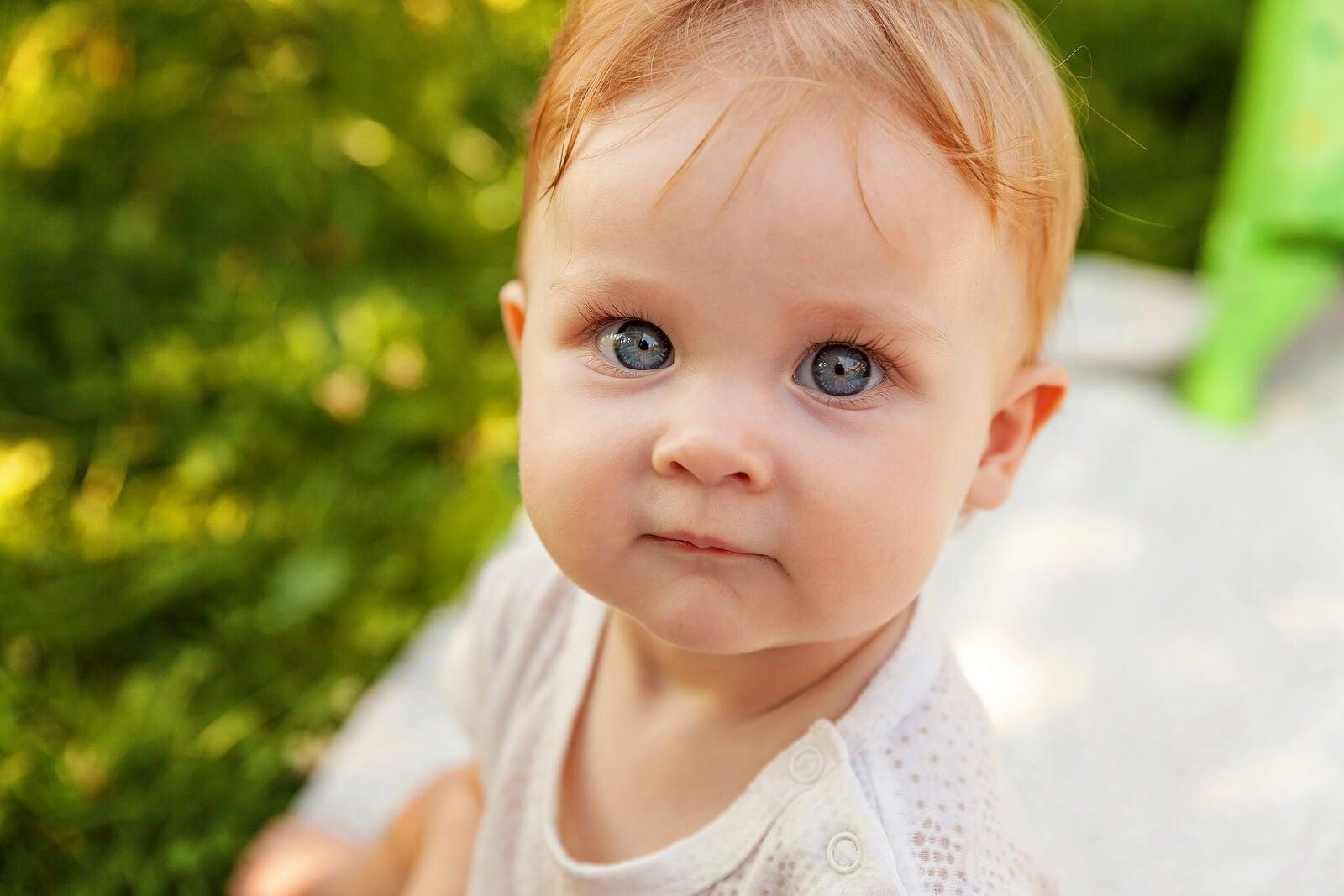 Bebé de ojos grandes.