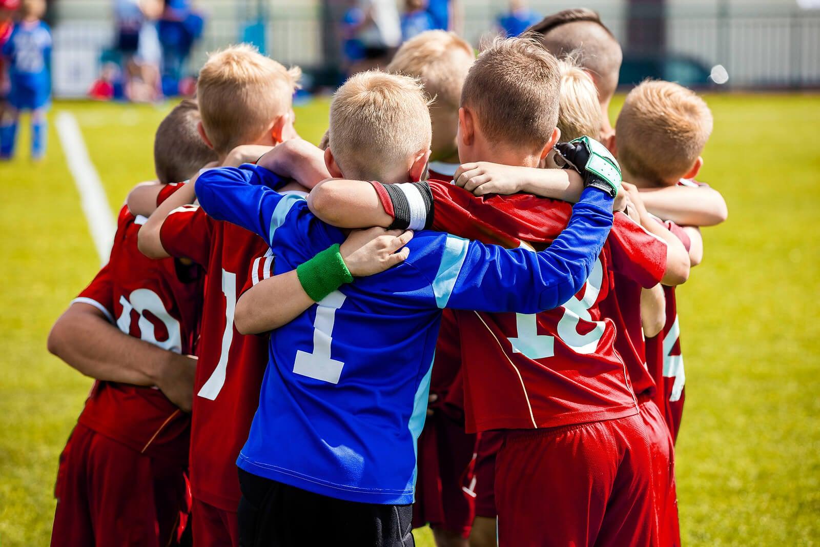 Niños en un equipo de fútbol a los que hay que enseñar liderazgo.