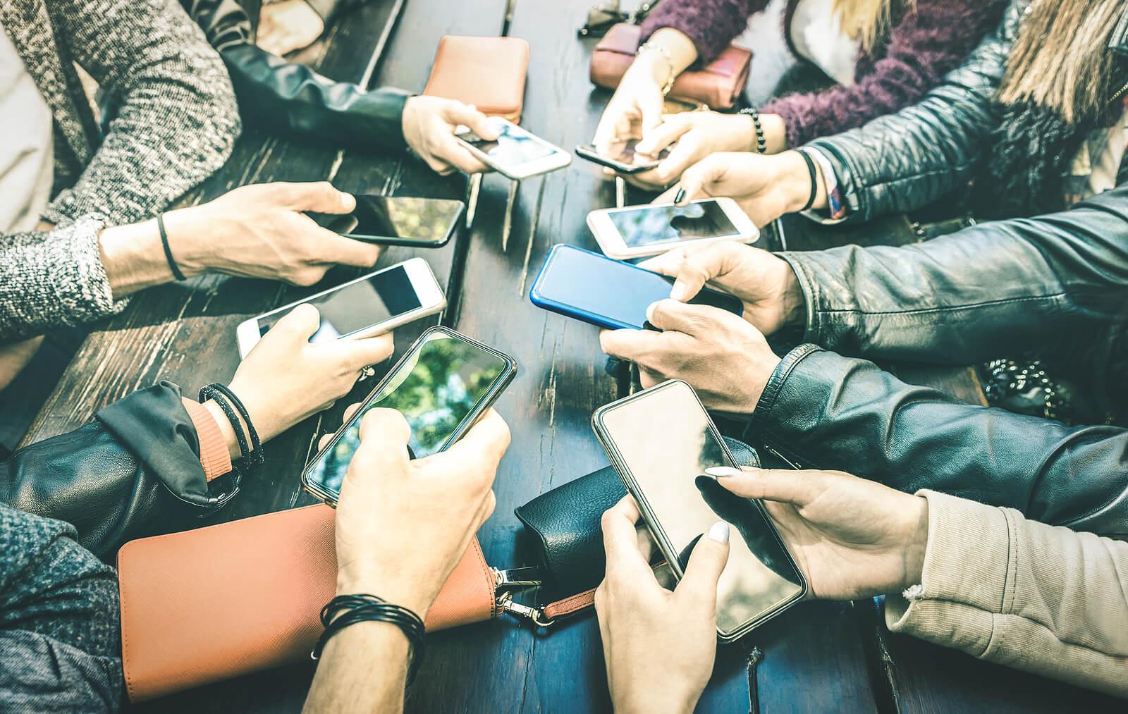 Generación Z usando las redes sociales.