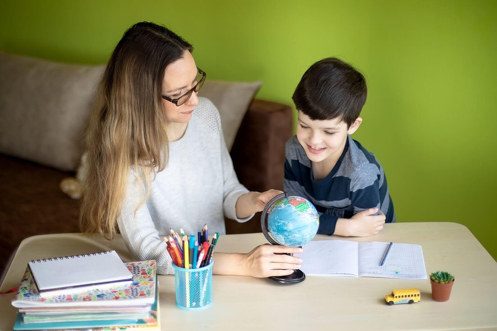 Madre e hijo practicando el homeschooling.