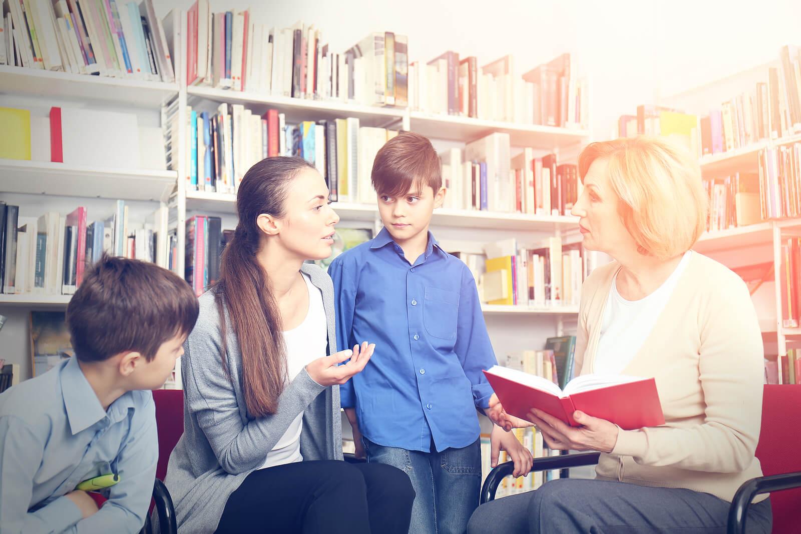 Hipertutores con alumnos en la biblioteca del colegio.