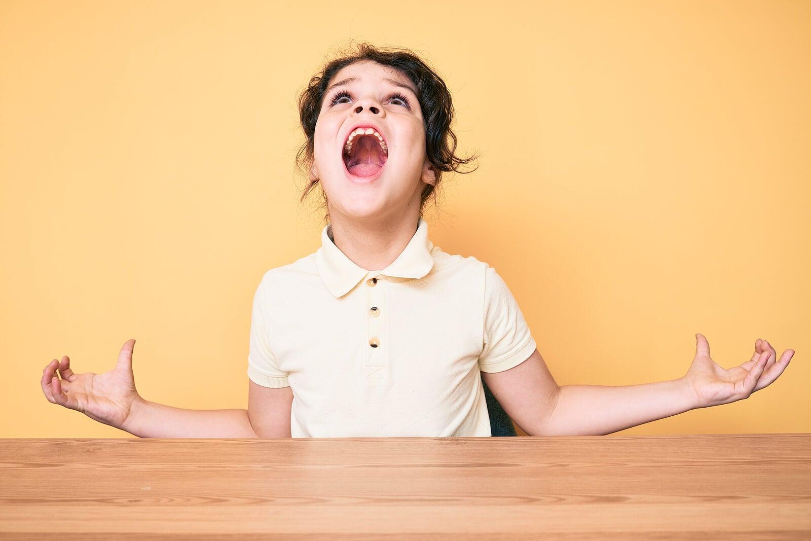 Niña gritando porque no comprenden que le pregunten por qué los niños se vuelven agresivos.