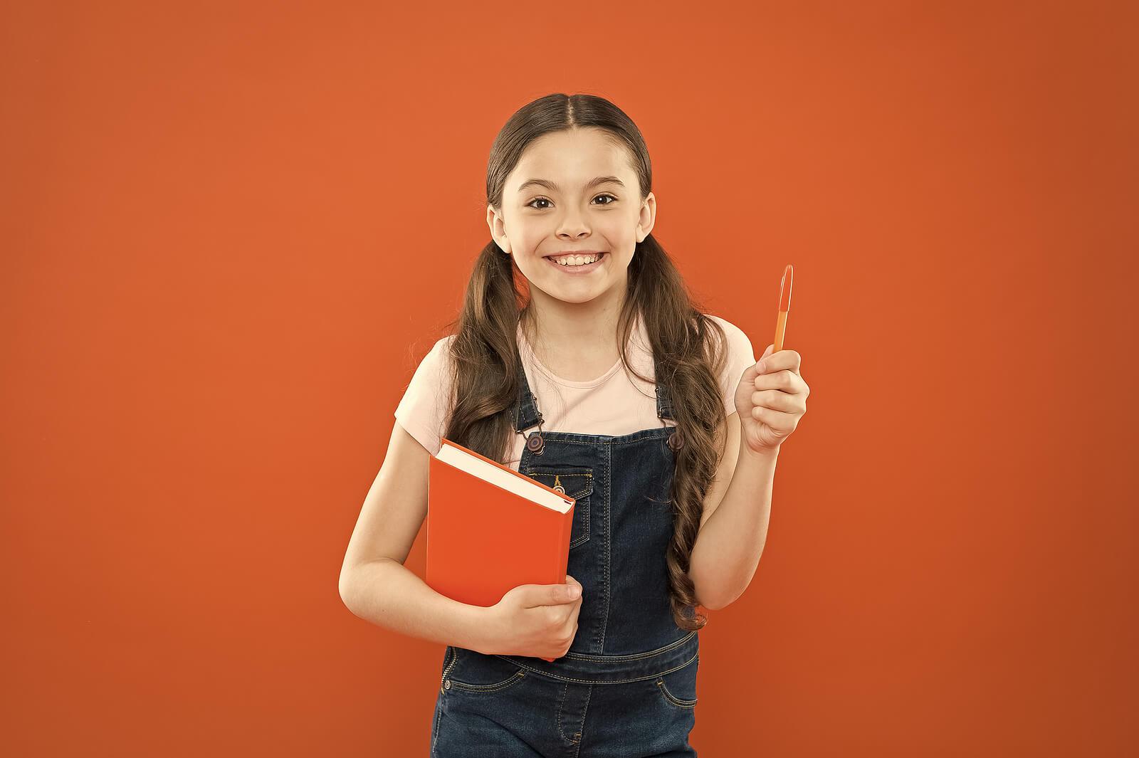 Niña contenta con su nueva agenda escolar.