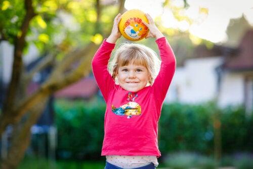 ¿Qué beneficios aporta a los niños jugar con la pelota?