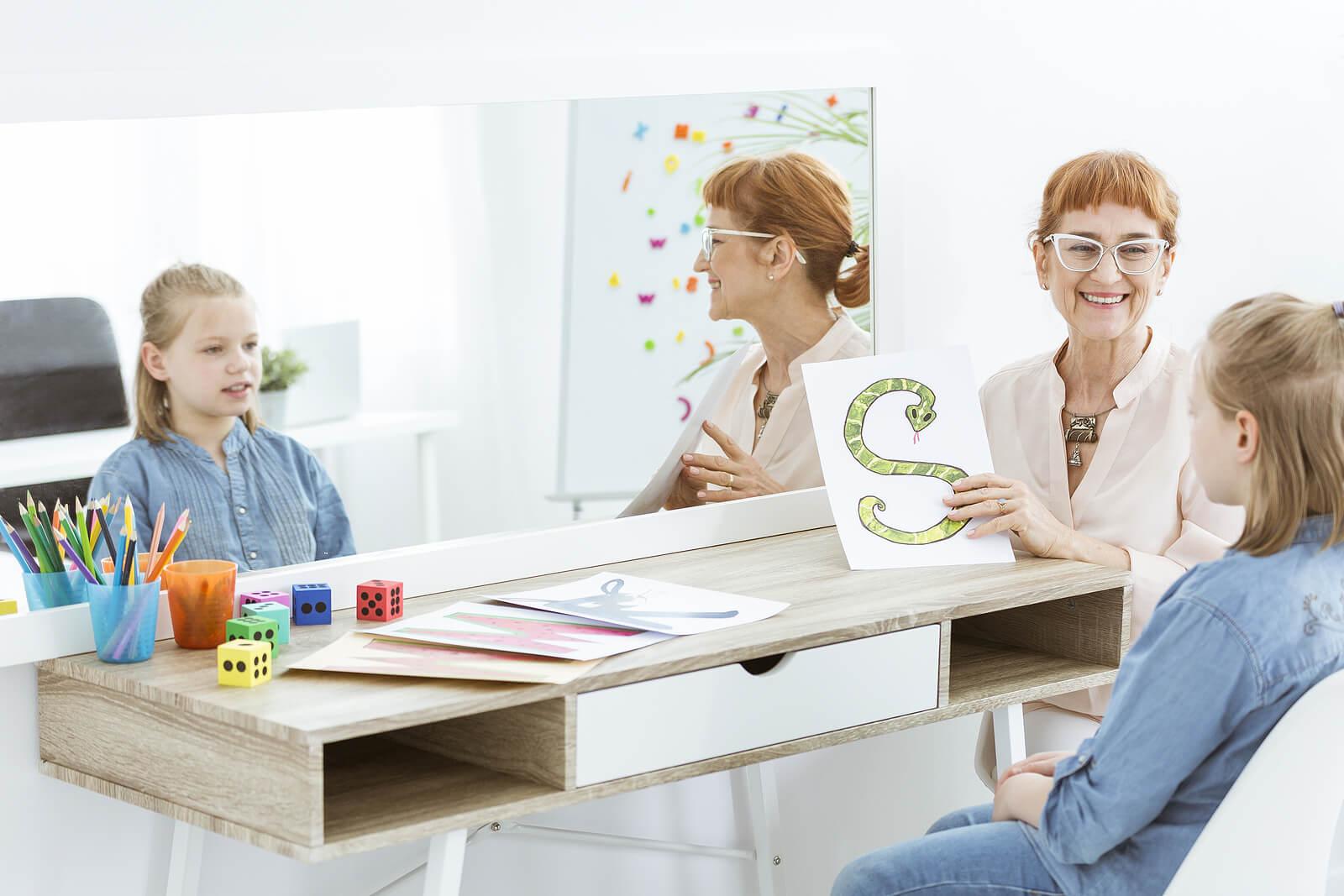Logopeda en una sesión con una niña con tartamudez.
