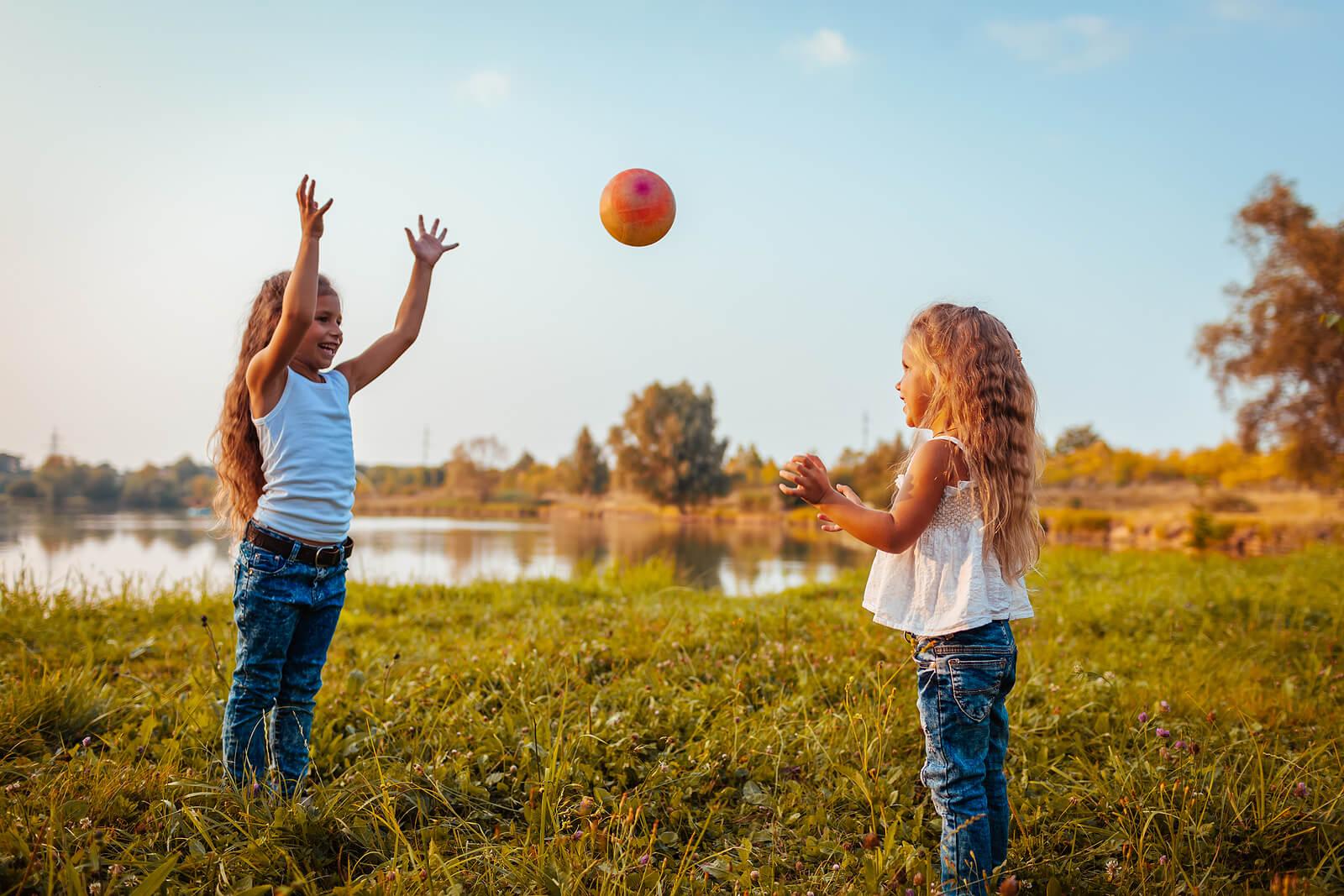 Niñas jugando a la pelota para mejorar la coordinación mano-ojo.