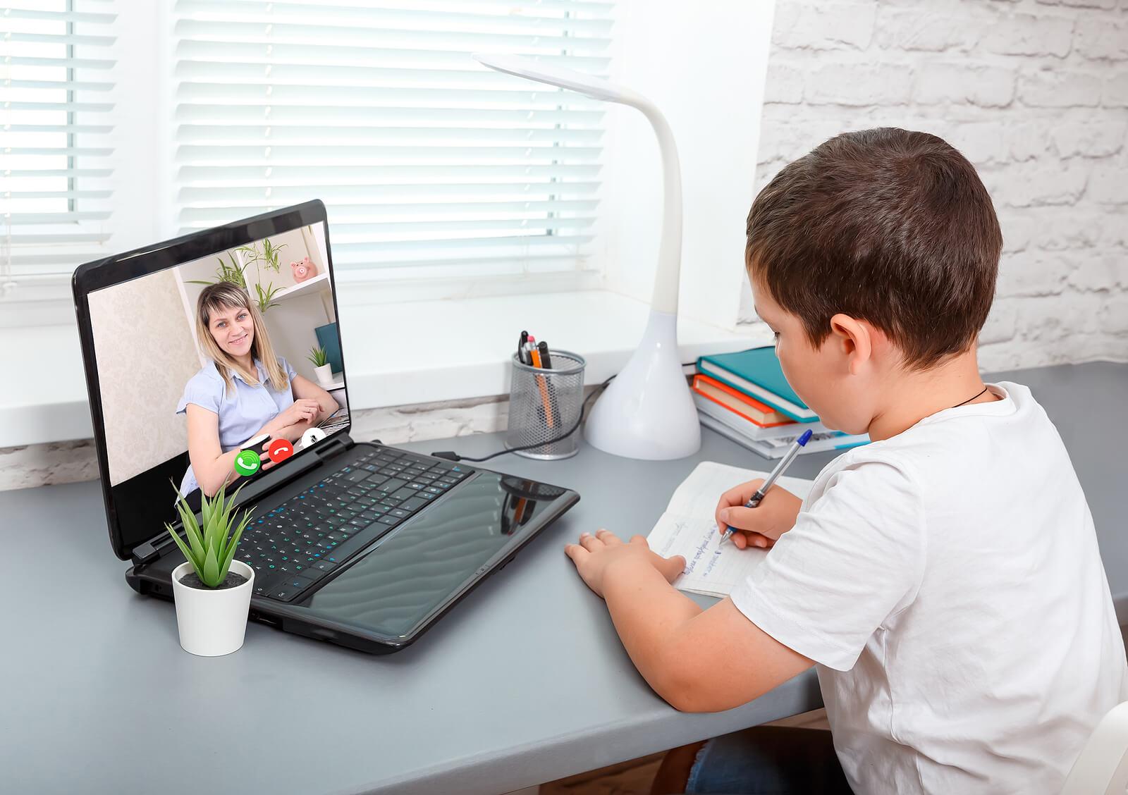 Niño en clases online debido a que está recibiendo una formación blended learning.