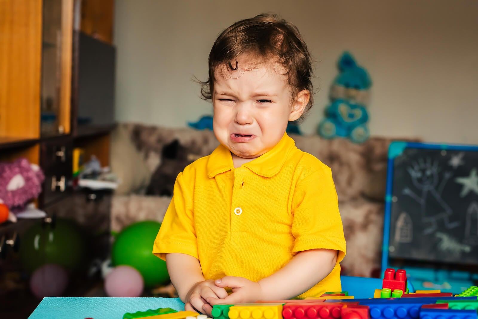 Niño enfadado llorando debido a la labilidad emocional.