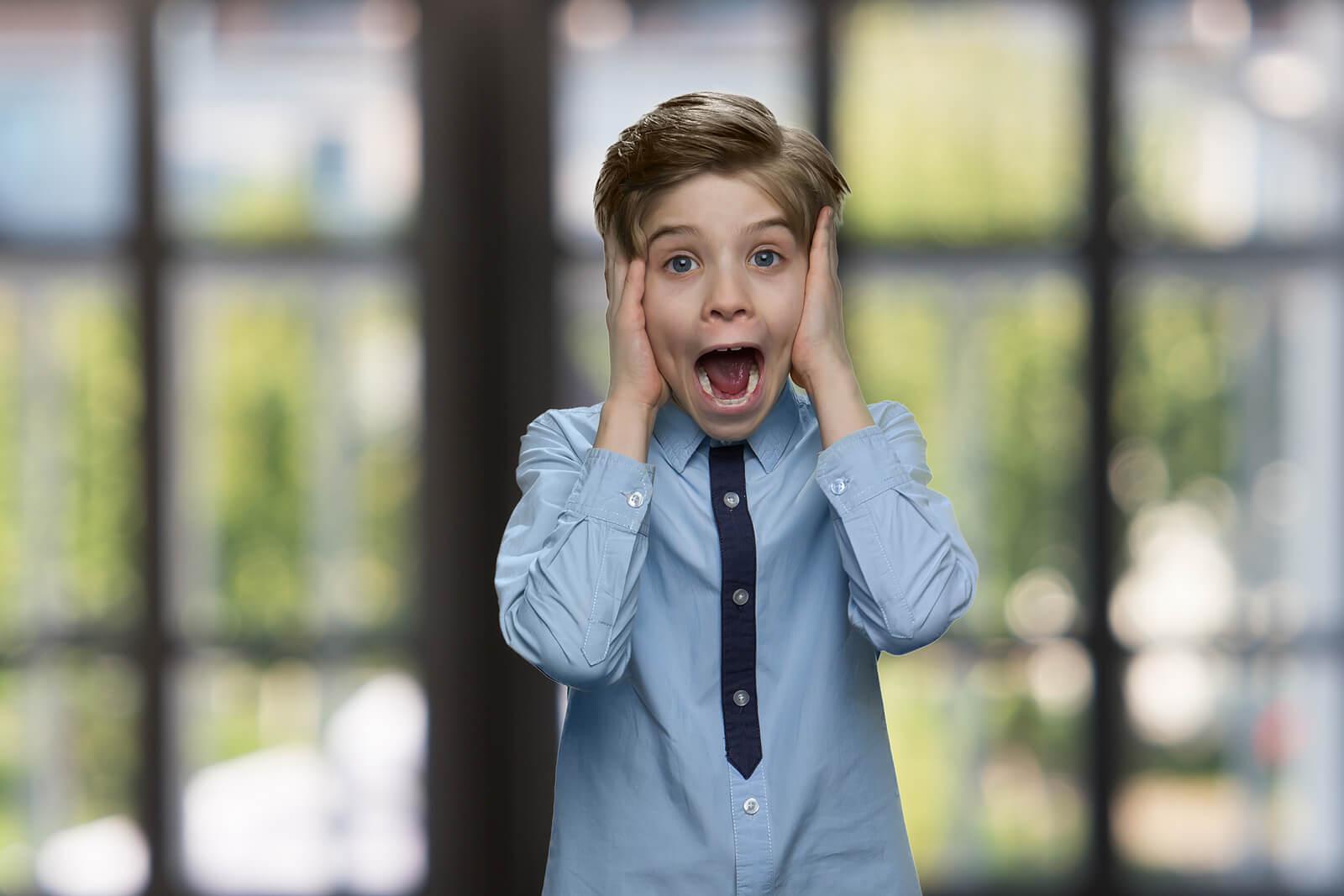 Niño gritando porque tiene miedo a los títeres.