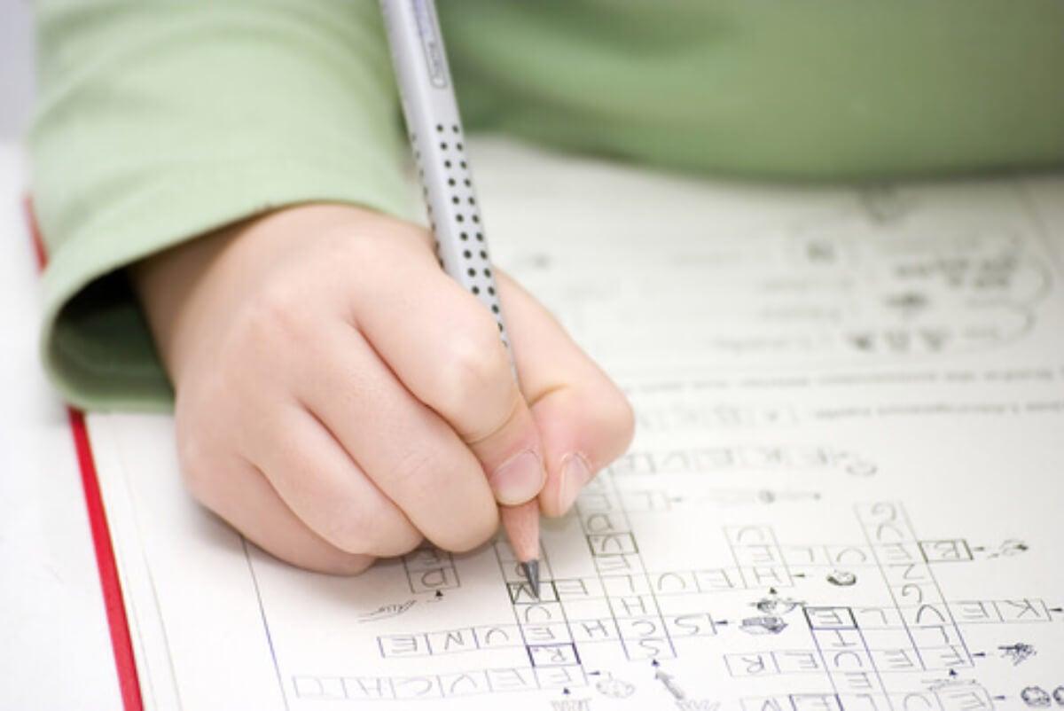 Niño haciendo un crucigrama.