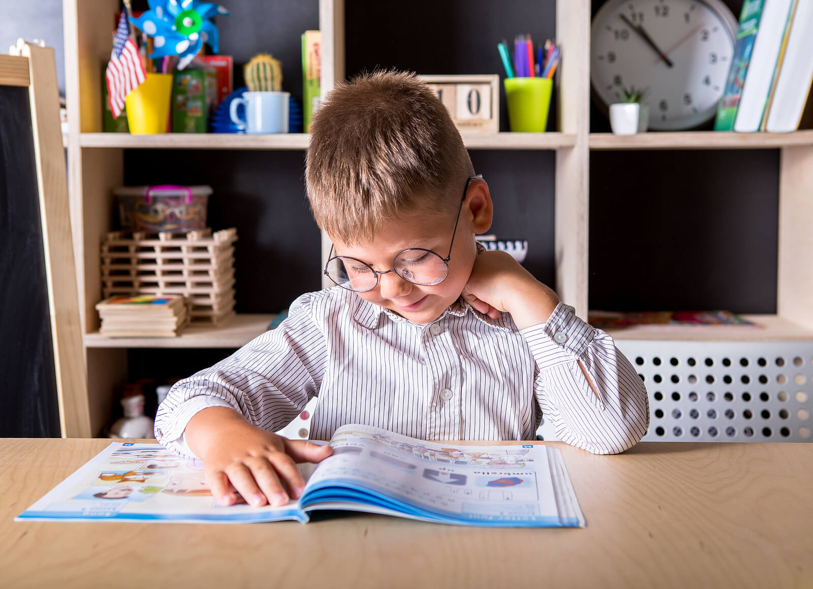 Niño haciendo los deberes en su zona de estudio en casa.