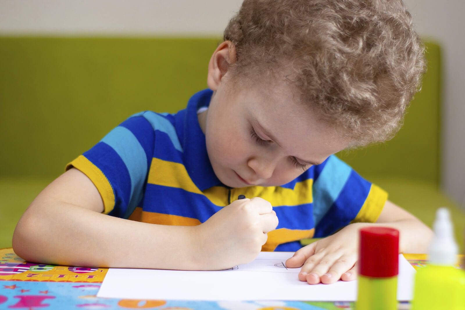 Niño haciendo el test de la casa.
