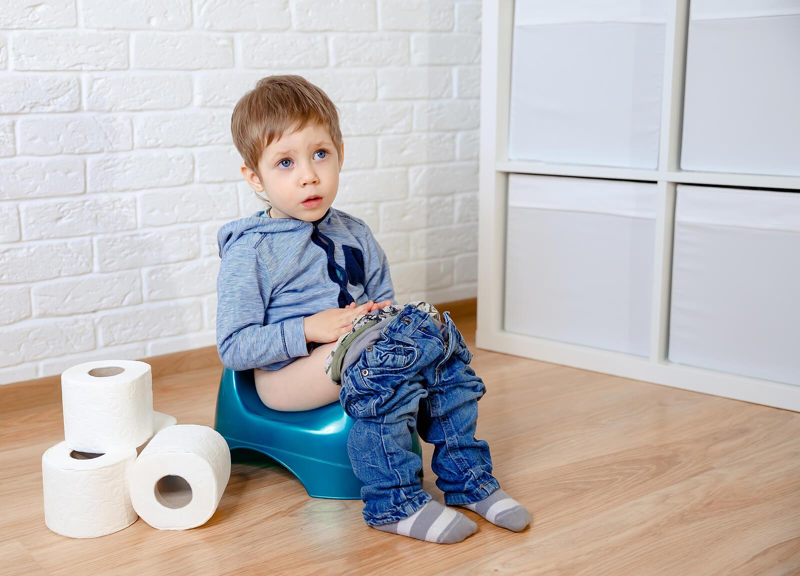 Niño haciendo pis en un orinal gracias al método pipí stop.