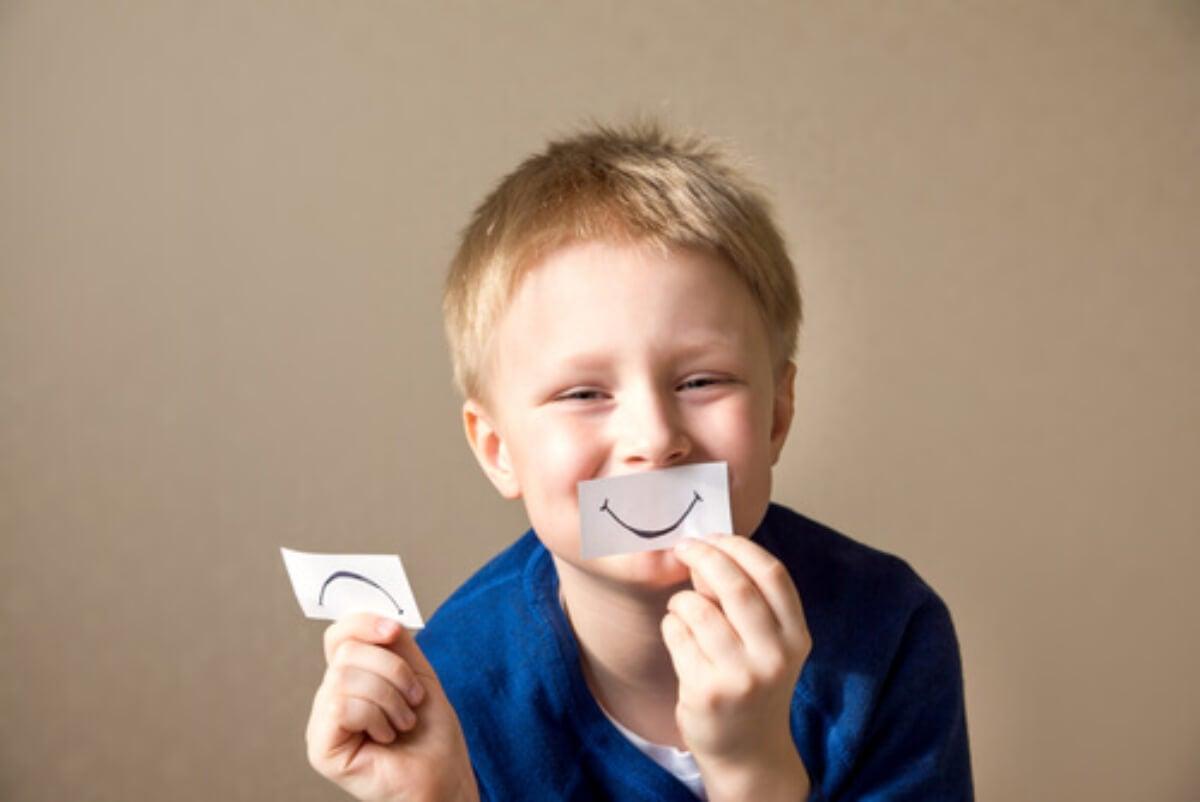 Niño jugando a reconocer emociones.