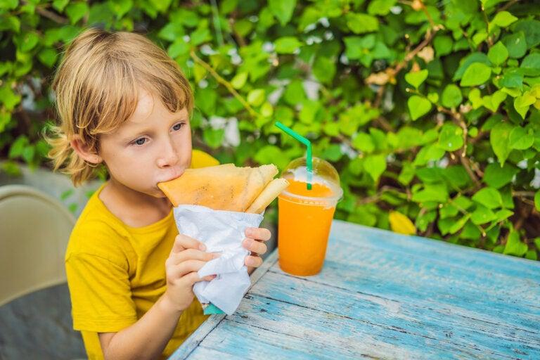 El riesgo de comer entre horas en los niños