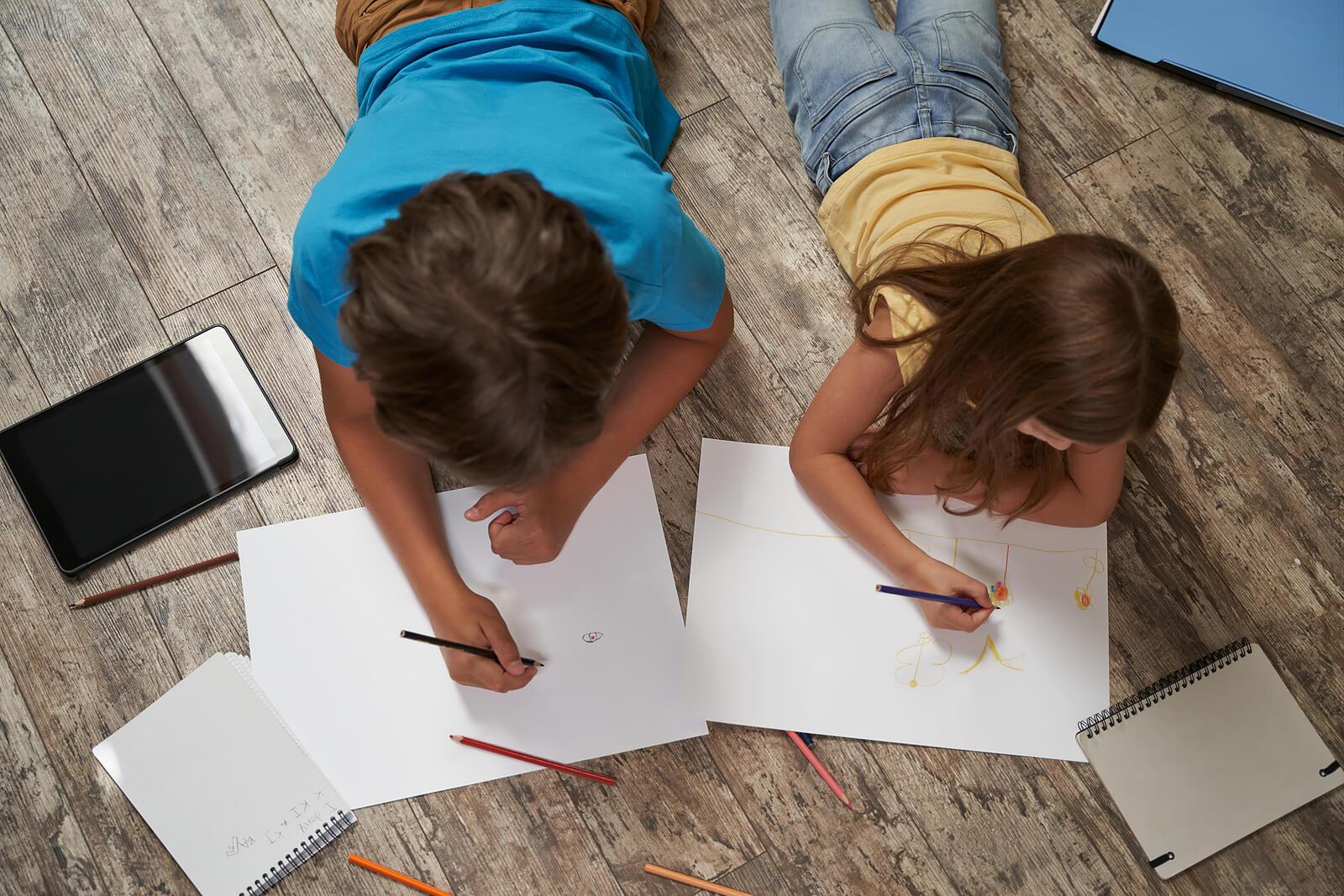 Niños dibujando y haciendo el test de la casa.