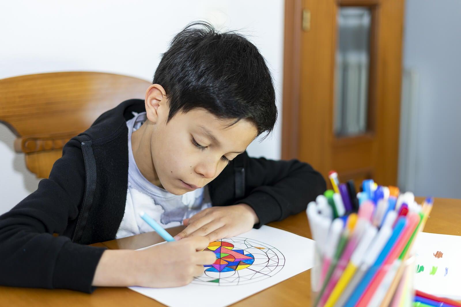 Niño pintando mandalas, uno de los métodos de relajación para niños por edades.