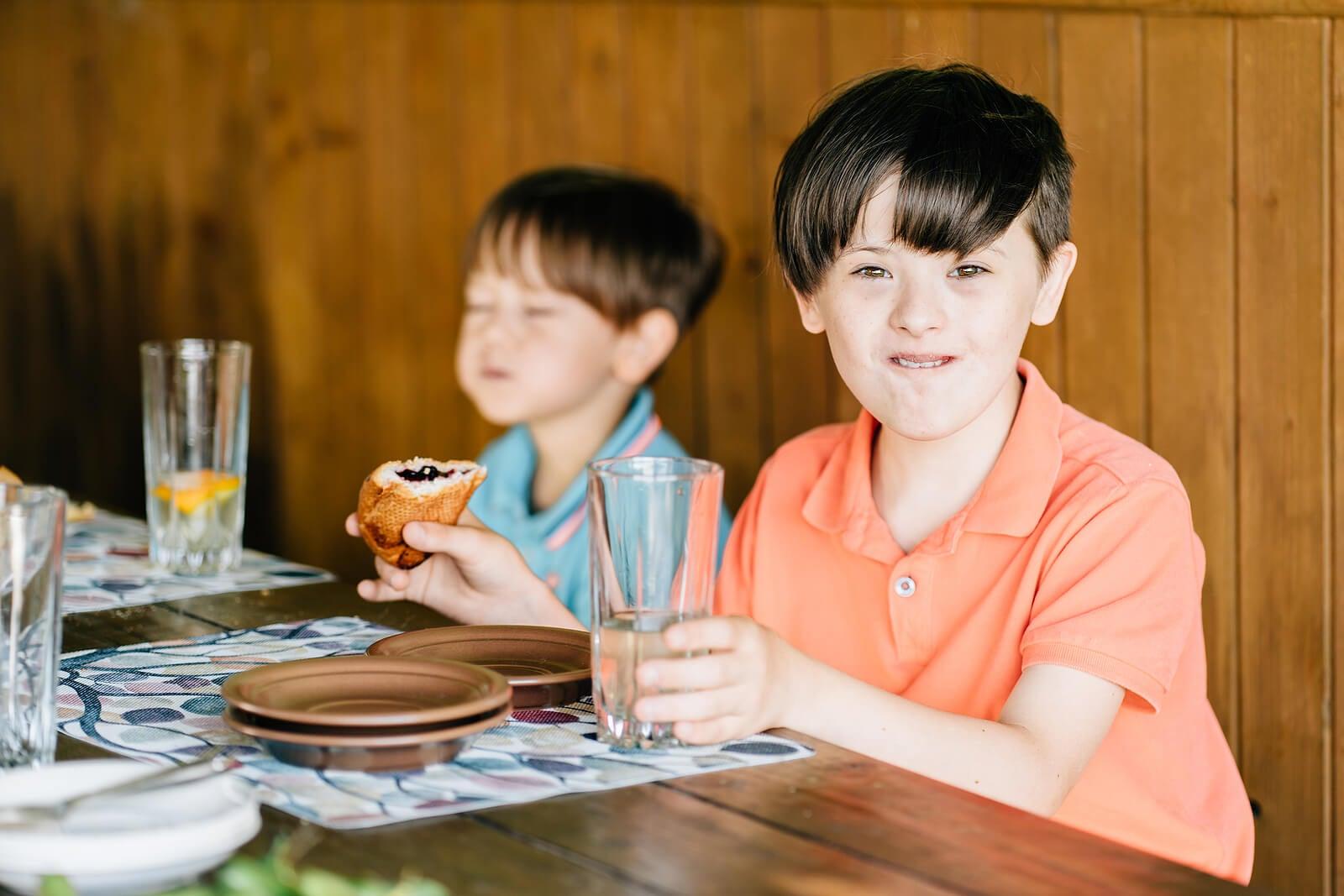 Niño con síndrome de Phelan-McDermid comiendo.