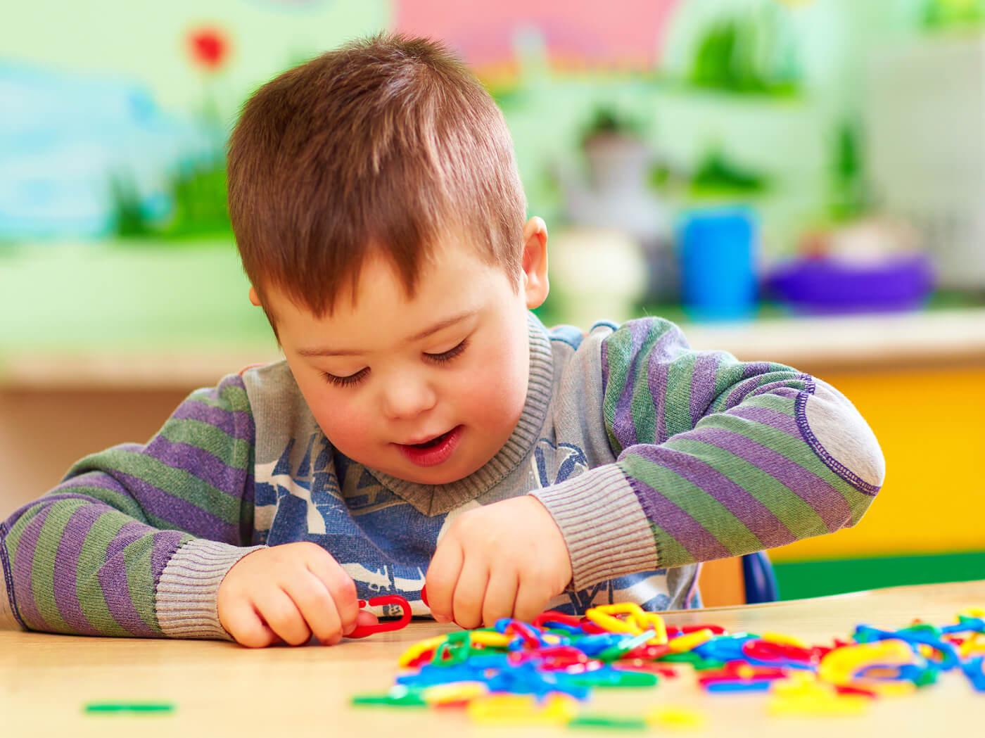 Niño con síndrome de Pitt-Hopkins jugando.