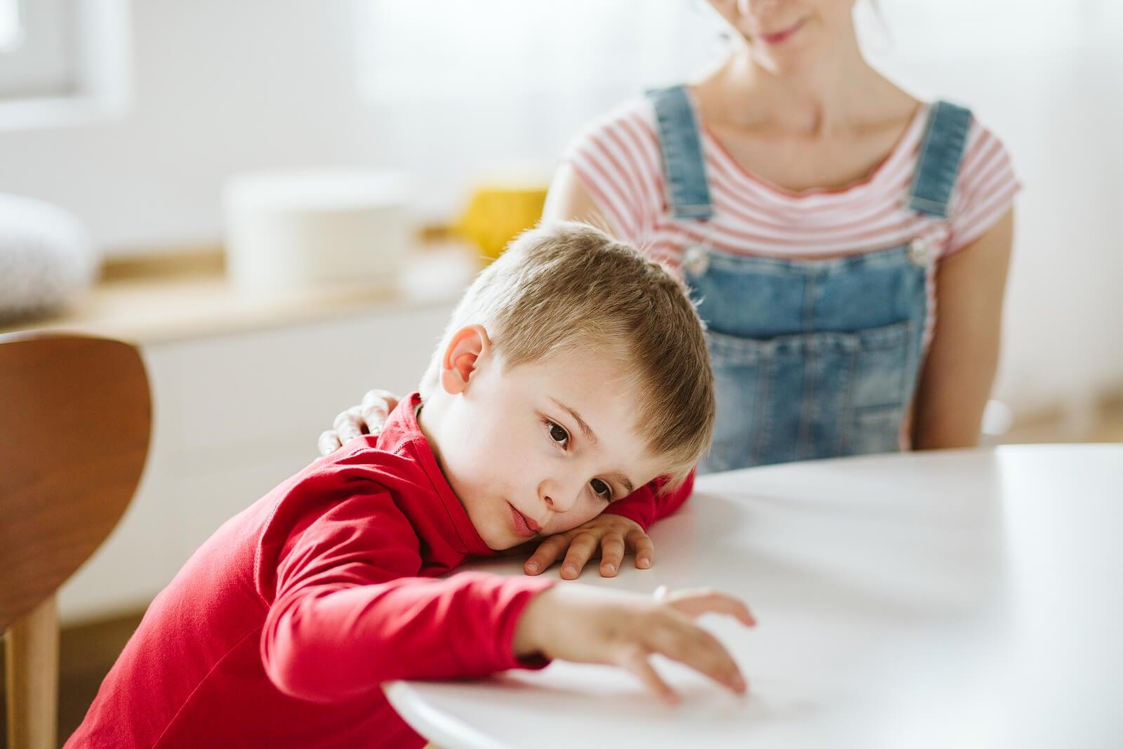 Niño distraído con TDAH.