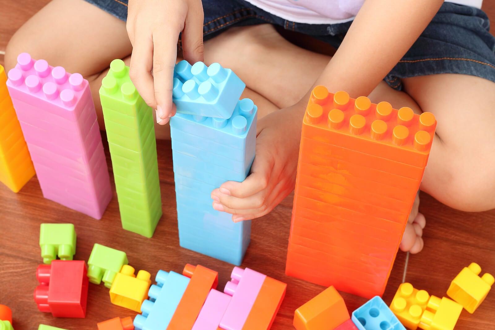 Niño haciendo torres como parte de la gamificación para aprender.