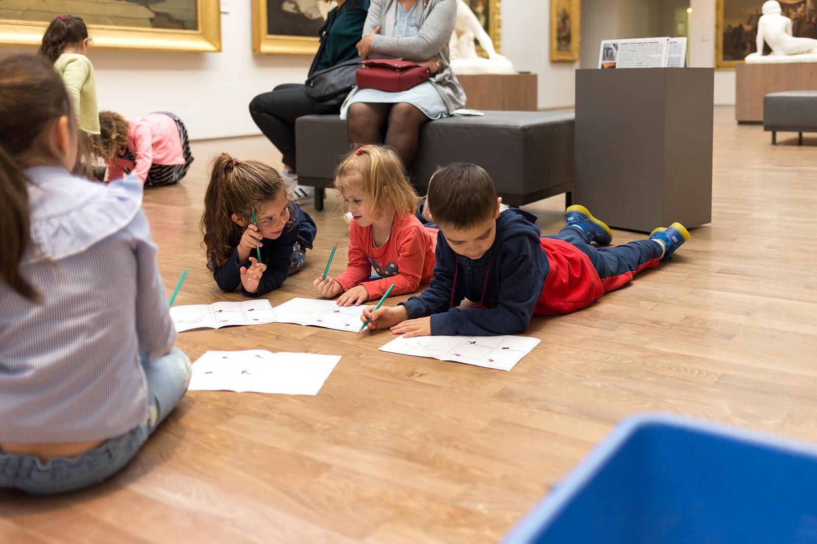 Niños estudiando en un museo gracias al aprendizaje cruzado.