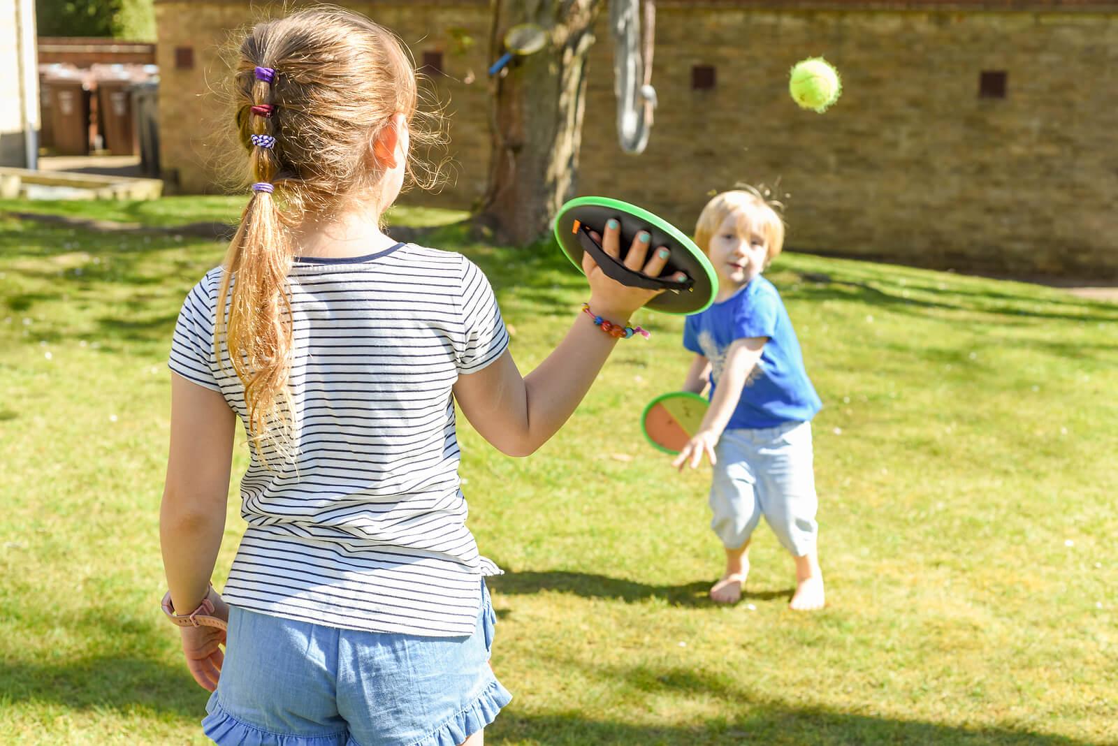 Niños aprendiendo a jugar con la pelota para su buen desarrollo.