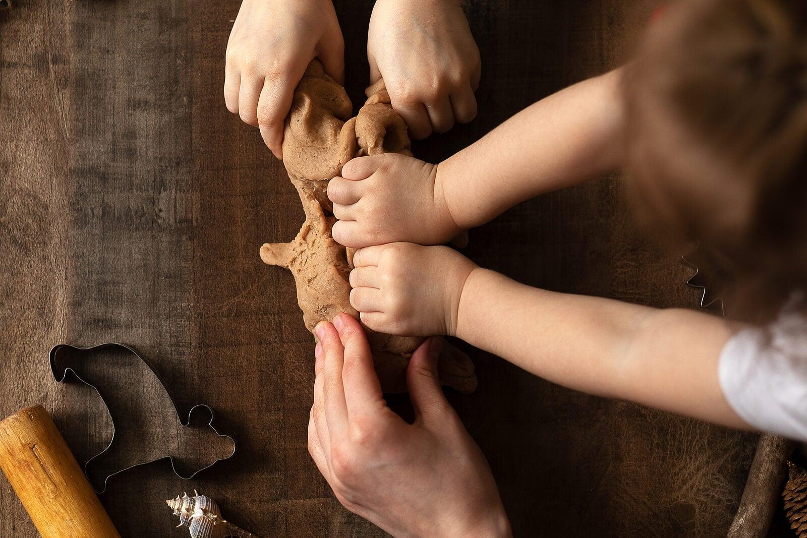 Niños aprendiendo a jugar con el barro.
