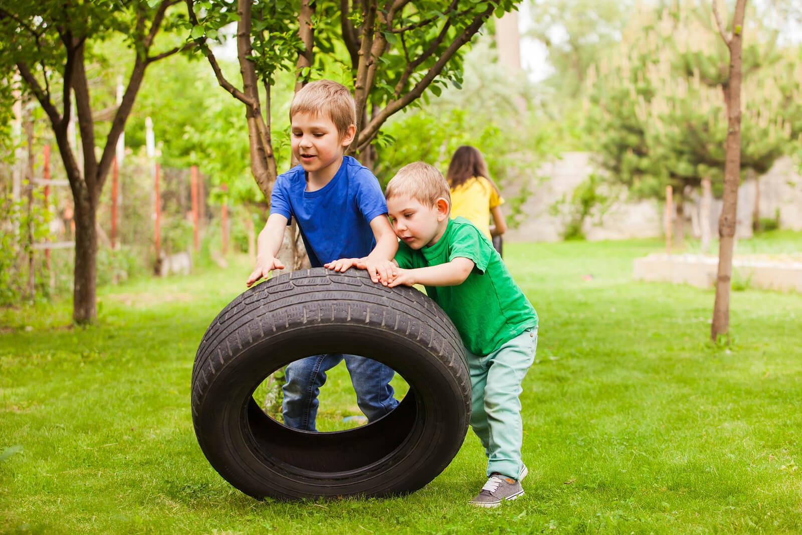 Niños jugando con una ruega gigante aprendiendo a soltar el control.